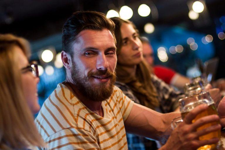 ¿Por qué se me pone roja la cara después de beber alcohol?