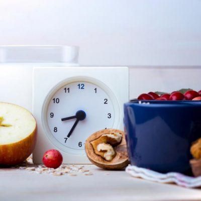 Comer más temprano en el día ayuda a perder peso al frenar el apetito.