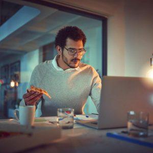 Cómo el comer bajo estrés puede preparar al cuerpo para almacenar grasa