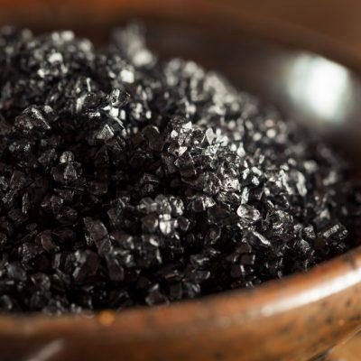 ¿Es la sal negra mejor que la sal común? Beneficios y Usos