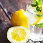 Beneficios de beber agua con limón: verdades y mitos